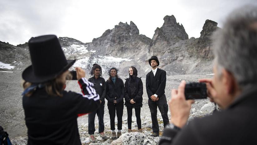 """Organizan una """"marcha fúnebre"""" en Suiza por la muerte de un glaciar debido al calentamiento global (FOTOS)"""