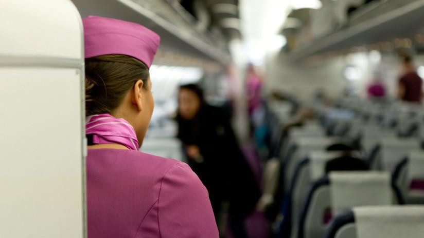 Una azafata confiesa por qué jamás debería pedir té o café en un avión