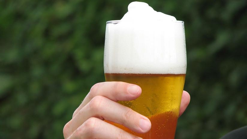 Un hincha recolecta más de un millón de dólares para una buena causa mediante un cartel pidiendo dinero para cerveza