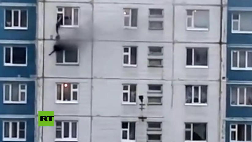 VIDEO: Un transeúnte rescata a una joven del fuego sacándola por una ventana de un quinto piso en Rusia