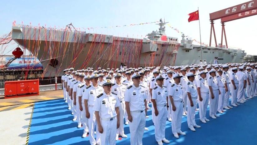 FOTOS: China bota su primer buque de asalto anfibio de diseño doméstico