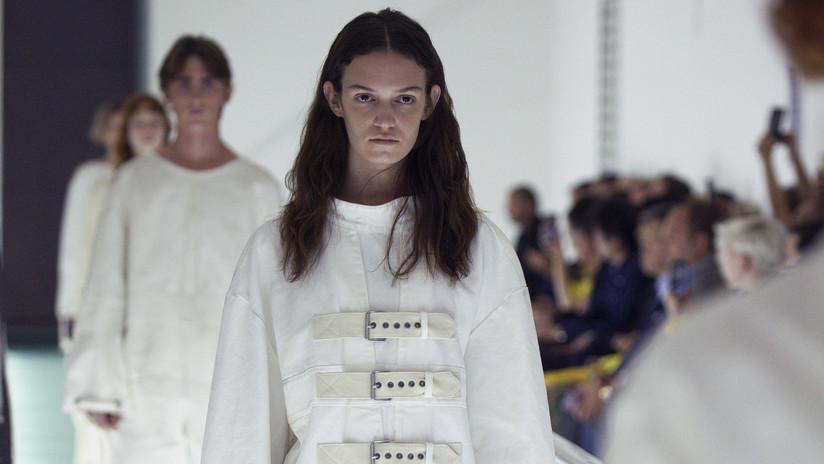 """""""La salud mental no es moda"""": modelo de Gucci protesta en plena pasarela contra una colección de camisas de fuerza de la marca (VIDEO)"""