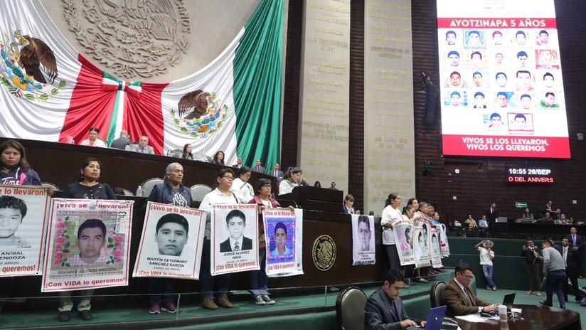 """Padres de los 43 de Ayotzinapa reprochan desde el Congreso """"el trato despótico"""" de los aparatos de justicia en México"""