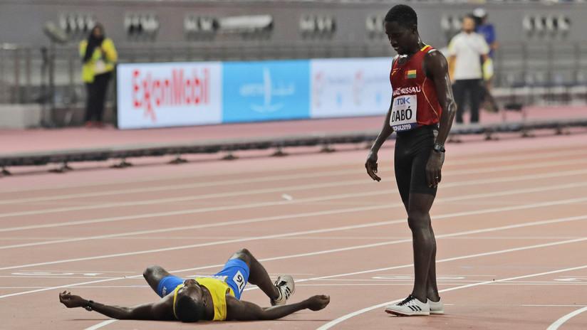 VIDEO: El conmovedor ejemplo de un atleta que dejó de correr para ayudar a su rival a cruzar la meta en el Mundial de Atletismo