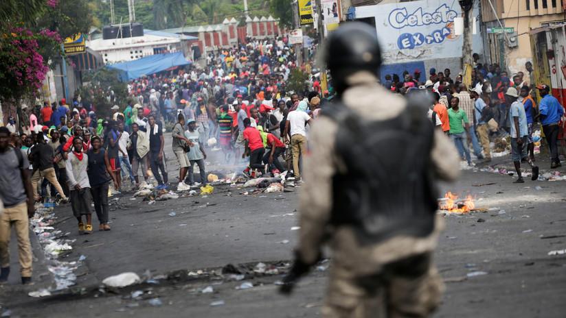 FOTOS: Manifestantes haitianos incendian edificios y asaltan una comisaría en busca de la renuncia del presidente Moïse