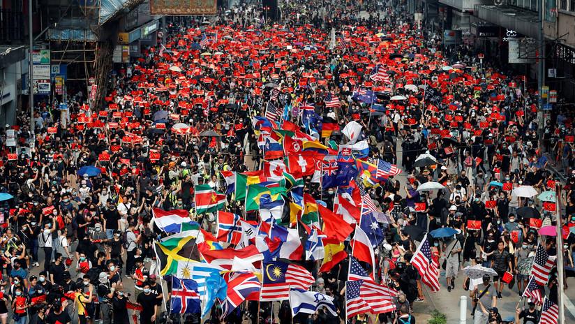 VIDEO, FOTOS: Manifestantes de Hong Kong se arman de más banderas extranjeras, incluida la de Timor Oriental