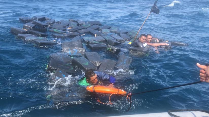 VIDEO: Rescatan en las costas de Colombia a presuntos narcotraficantes náufragos flotando entre paquetes de cocaína