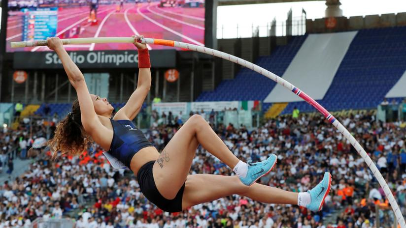 VIDEO: A una atleta sueca se le rompe la pértiga justo al iniciar su salto y cae cabeza abajo