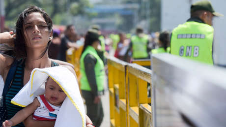 Una mujer y su hijo cruzan el puente Internacional Simón Bolívar de Táchira, en Venezuela, a Villa del Rosario, cerca de Cucuta, en Colombia, el 12 de febrero de 2019.