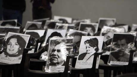 Fotos de desaparecidos colocados en sillas durante el juicio al exgeneral Reynaldo Bignone, Buenos Aires, 20 de abril de 2010.