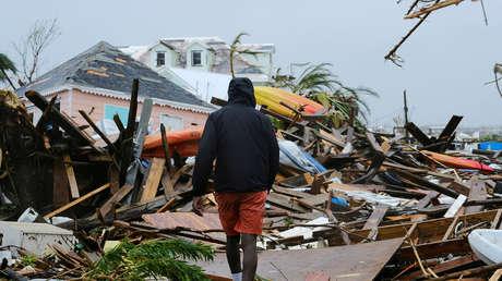 Un hombre camina entre escombros en la ciudad de Marsh Harbour, Bahamas,  tras el paso del huracán Dorian, el 2 de septiembre de 2019.