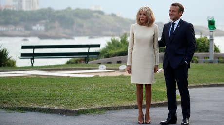 El presidente de Francia, Emmanuel Macron, y su esposa Brigitte dan la bienvenida a los líderes mundiales en la cumbre del G7 en Biarritz, Francia, el 24 de agosto de 2019.