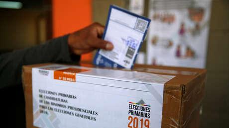 Un hombre vota en las elecciones primarias para candidato presidencial en La Paz, Bolivia. 27 de enero de 2019.