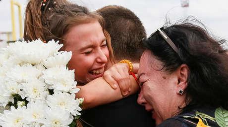 Viacheslav Zínchenko, tripulante de uno de los buques ucranianos detenidos por Rusia, con sus familiares tras volver a Kiev, el 7 de septiembre de 2019.
