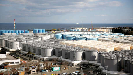 Tanques de almacenamiento de agua radiactiva en la ciudad de Okuma, Japón.