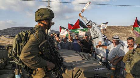 Manifestantes palestinos se enfrentan a una patrulla israelí en Cisjordania
