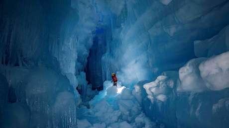 """FOTOS: Reencuentran en la Antártida una gigantesca cueva """"perdida"""" con ríos y lagos en tres niveles"""