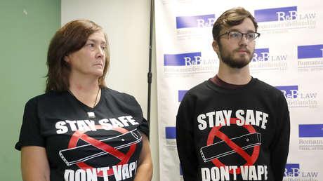 Adam Hergenreder y su madre Polly durante una conferencia de prensa, en Chicago (EE.UU.), 13 de septiembre de 2019.
