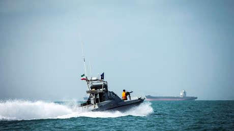 Un barco de los Cuerpos de la Guardia Revolucionaria Islámica de Irán navega cerca del petrolero Stena Impero frente a la costa iraní, el 22 de agosto de 2019.