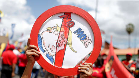Un partidario del presidente de Venezuela, Nicolás Maduro, sostiene una pancarta contra Trump. 10 de agosto de 2019.