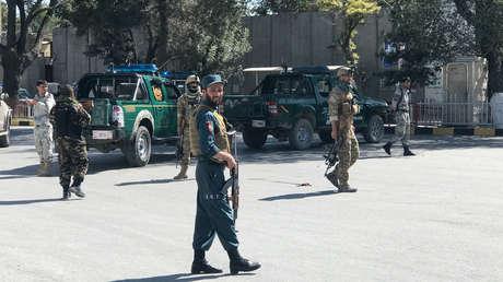 Fuerzas de seguridad patrullan cerca del lugar de la explosión en Kabul, Afganistán, el 17 de septiembre de 2019.