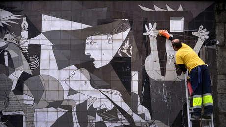 Un trabajador limpia un mural del Guernica en la localidad que da nombre a la obra de Picasso, en el norte de España. Enero de 2017.