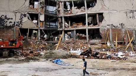 Un trabajador pasa junto a un edificio derrumbado, después de un terremoto en la Ciudad de México, México, en una imagen registrada el 28 de septiembre de 2017.