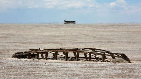 El fondo del lago seco de Poopo en el departamento de Oruro, Bolivia, el 16 de diciembre de 2017