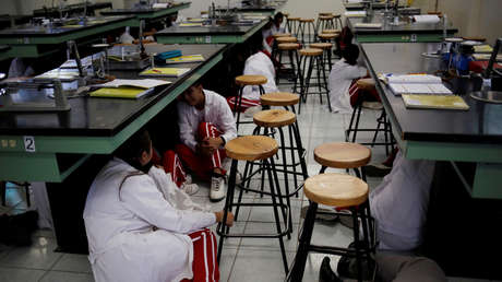 Estudiantes de nivel medio superior se resguardan de una balacera en una escuela de Ciudad Juárez, en el estado de Chihuahua, norte de México, el 10 de septiembre de 2019.