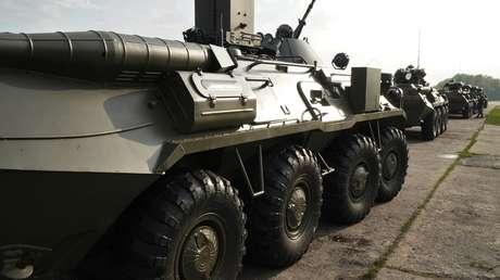 Un vehículo de combate blindado ruso BTR-82A durante la preparación para un desfile militar en Kaliningrado (Rusia), 2018.