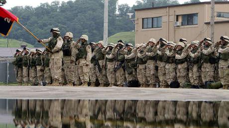 Soldados estadounidenses antes de partir hacia Iraq en una base de la Fuerza Aérea de EE.UU. en Osan, Corea del Sur, el 5 de agosto de 2004.