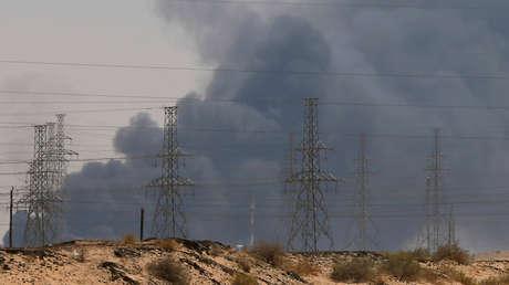 Una gran humareda emana de la refinería atacada en Abqaiq (Arabia Saudita), el 14 de septiembre de 2019.