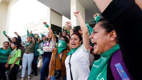 Manifestantes a favor del aborto celebran después de que los legisladores aprobaron una legislación que lo despenaliza afuera del congreso local en Oaxaca, el 25 de septiembre de 2019.