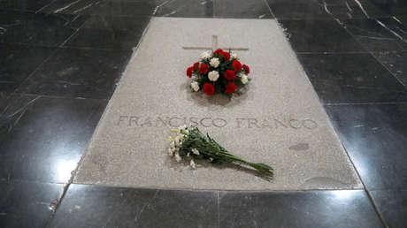 Tumba del dictador español Francisco Franco en su mausoleo en el Valle de los Caídos, cerca de Madrid.