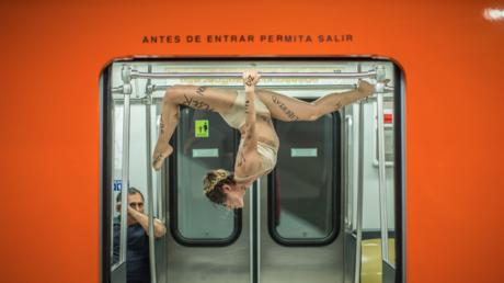 Foto de la serie 'Instante subterráneo' del artista mexicano Édgar Olguín tomada en el Metro de Ciudad de México.