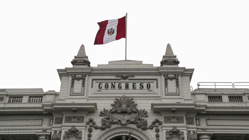 """Congreso peruano disuelto por Vizcarra debate quitar el cargo al presidente por """"incapacidad moral"""""""