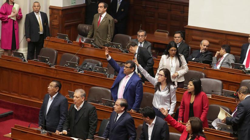 """Congreso de Perú suspende por un año al presidente Vizcarra y juramenta a la vicepresidenta como """"interina"""""""
