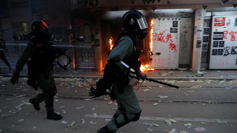 Un manifestante recibe un disparo en el pecho durante las protestas en Hong Kong