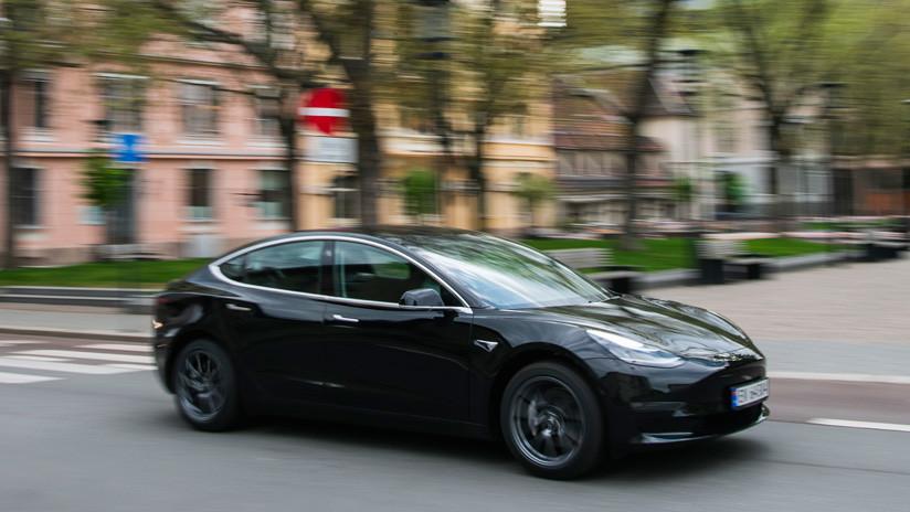 VIDEO: Automovilistas se hacen 'atropellar' por sus propios Tesla para probar una nueva función inteligente