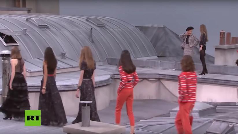 VIDEO: La modelo Gigi Hadid intercepta a una intrusa y la echa de la pasarela en un desfile de Chanel en París