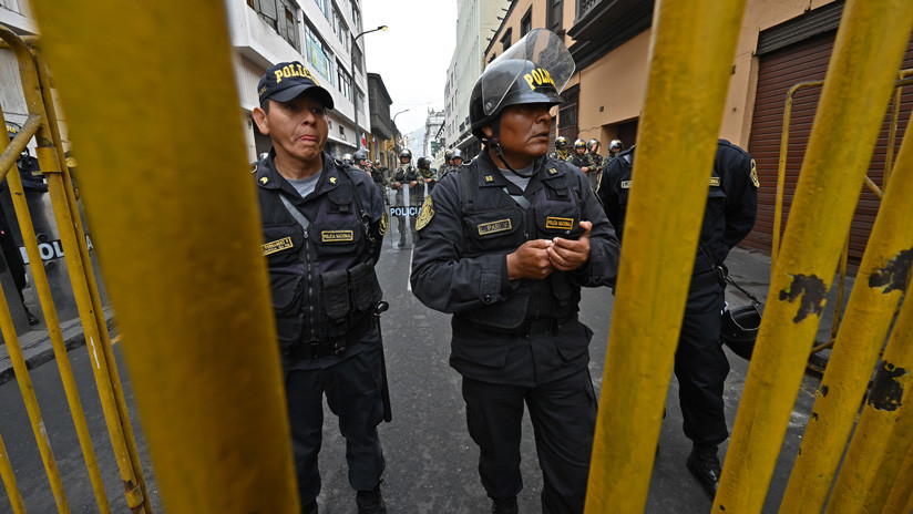 Policías impiden la entrada al Congreso de Perú a excongresistas tras la disolución parlamentaria decretada por Vizcarra