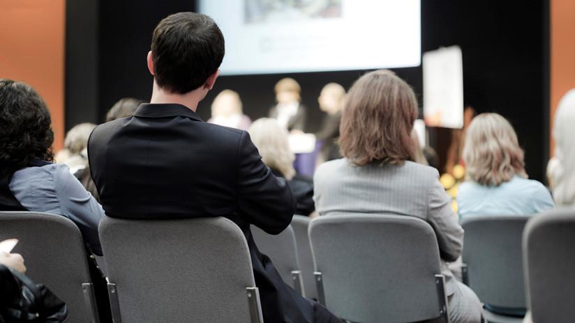 Una profesora sostiene al bebé de una alumna mientras dicta una conferencia durante 3 horas  (FOTO)