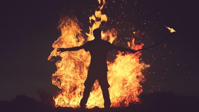 VIDEO: Un artista de fuego queda envuelto en llamas tras incendiar accidentalmente su traje
