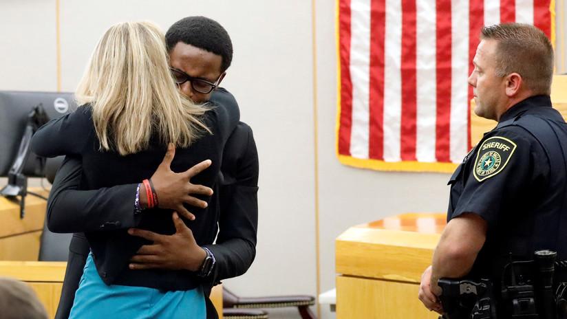 """""""Quiero lo mejor para ti"""": un hombre perdona y abraza a la expolicía que mató a su hermano (VIDEO)"""