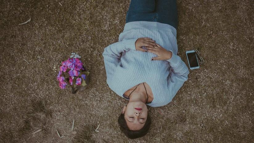 Un joven muere tras dormirse mientras jugaba con su celular enchufado