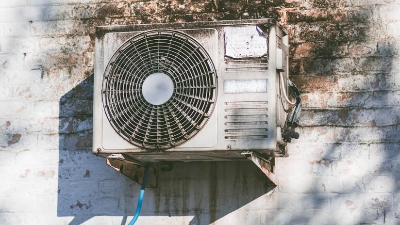 VIDEO: Roba una oficina pero se deja su botín sobre un aparato de aire acondicionado al huir por la ventana