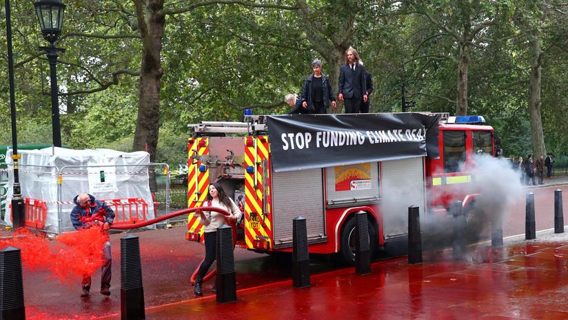 Activistas rocían 1.800 litros de 'sangre' frente a un ministerio en Reino Unido (FOTOS)
