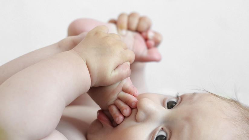 Una madre salva a su bebé al detectar en una foto que tiene cáncer en un ojo