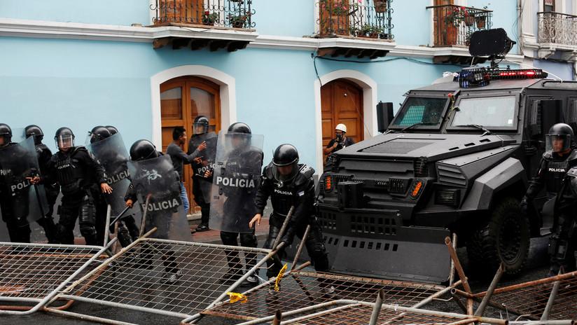VIDEO: Policías reprimen a periodistas que cubrían las protestas en Quito contra el 'paquetazo' de Lenín Moreno