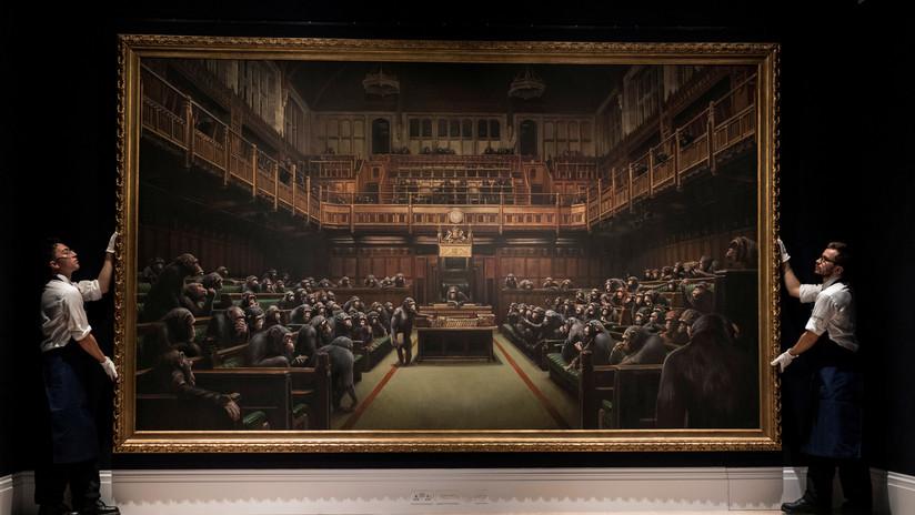 Venden por un precio récord la icónica pintura de Banksy que muestra un parlamento de chimpancés